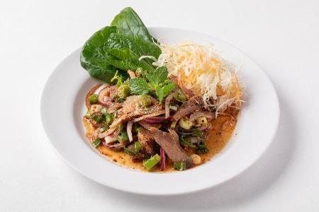 炙り豚トロ肉のハーブサラダ/コームーヤーン・ナムトック・ムー