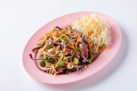 タイのインスタントラーメンのサラダ